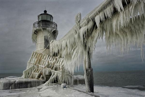 perierga.gr - Οι παγωμένοι φάροι της λίμνης Μίσιγκαν!