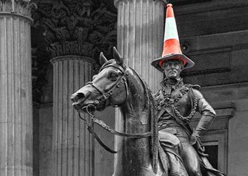 Perierga.gr - Με κώνο στο κεφάλι προτιμούν τον Δούκα του Ουέλινγκτον!