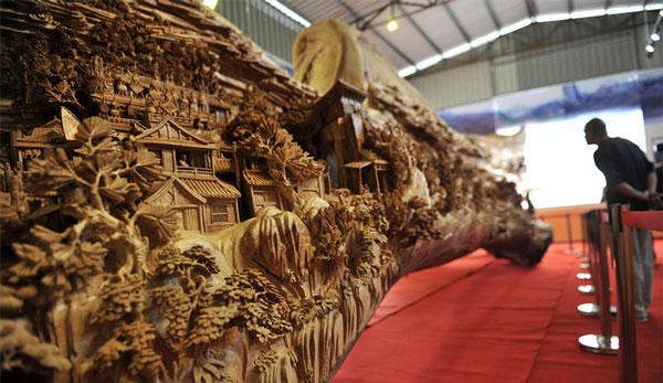 perierga.gr - Το μεγαλύτερο συνεχόμενο ξύλινο γλυπτό στον κόσμο!