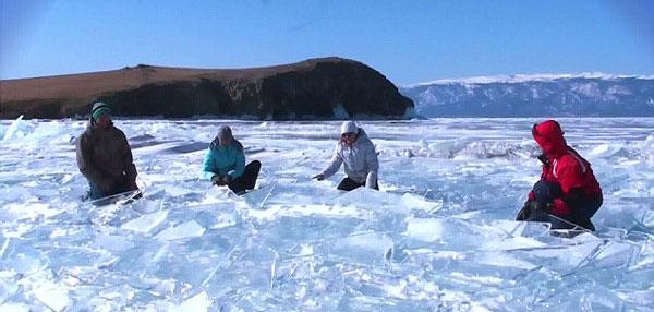 perierga.gr - Παράγοντας μουσική στην παγωμένη επιφάνεια της λίμνης!
