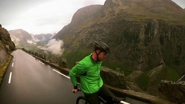 perierga.gr - Ποδηλάτης κατεβαίνει το βουνό… ανάποδα! (βίντεο)