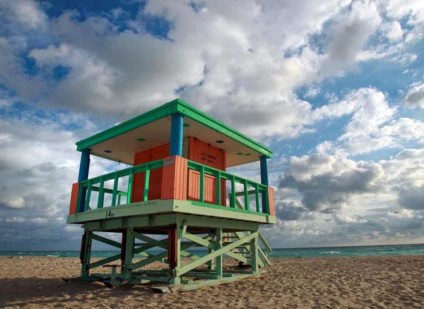 perierga.gr - Οι πολύχρωμοι ναυαγοσωστικοί πύργοι στο Μαϊάμι!