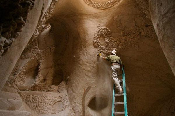 perierga.gr - Σκαλίζει από χόμπι σπηλιές και βράχους με τα χέρια!