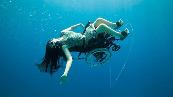 perierga.gr- Κατάδυση σε αναπηρική καρέκλα (βίντεο)!