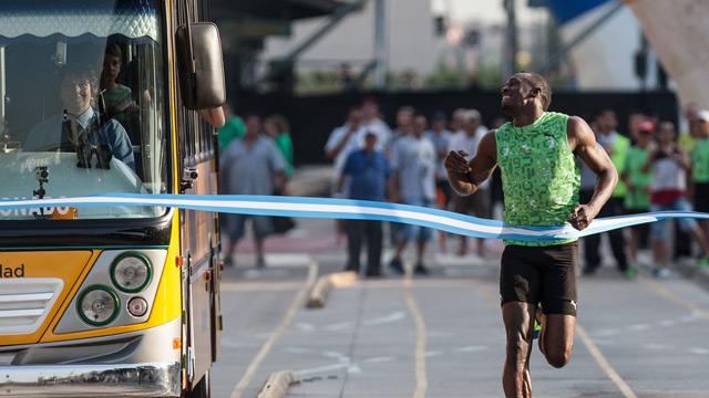 perierga.gr - O Γιουσέιν Μπολτ νίκησε ένα... λεωφορείο! (βίντεο)