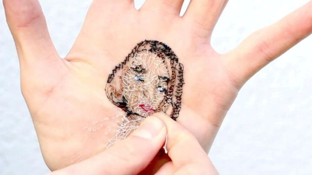 perierga.gr - Κέντημα κυριολεκτικά στο... χέρι!