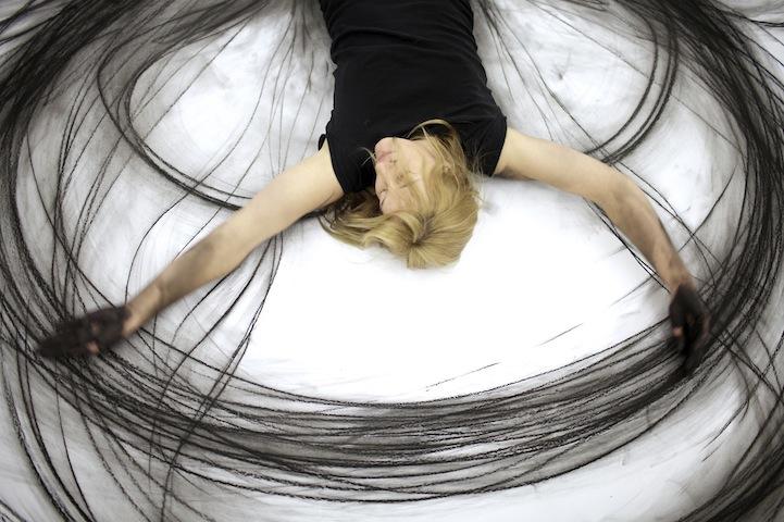 perierga.gr - Ζωγραφική με χορευτικές κινήσεις πάνω στο χαρτί!