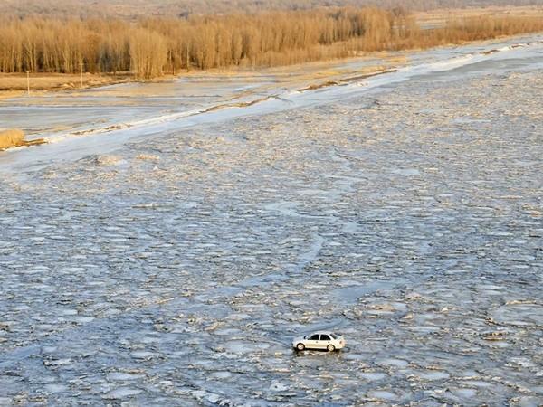 Perierga.gr - Οδήγησε πάνω σε παγωμένο ποτάμι για να γλιτώσει τα διόδια!