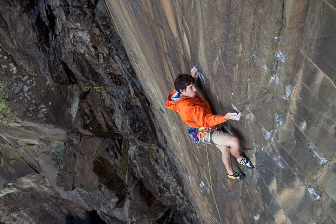 perierga.gr - Σκαρφαλώνει σε 500 μ. ύψος με τα χέρια!