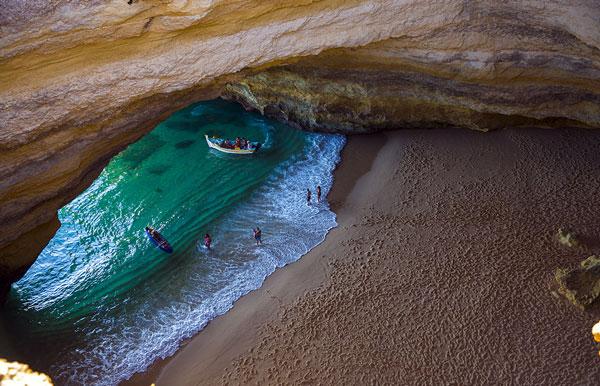 perierga.gr - Μαγευτική παραλία κρυμμένη στα βράχια!