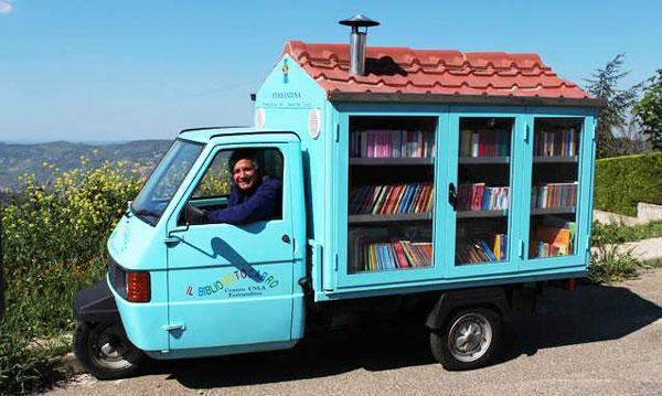 perierga.gr - Δάσκαλος μοιράζει βιβλία σε απομακρυσμένες περιοχές!