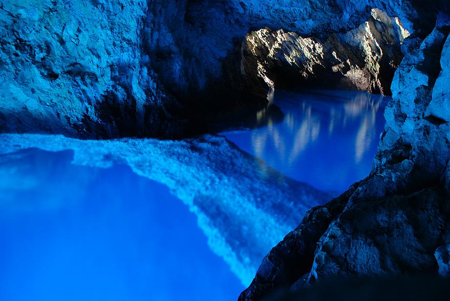 """perierga.gr - Φωσφοριζέ φυσική """"πισίνα"""" μέσα σε σπηλιά!"""