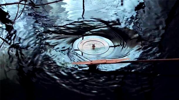 perierga.gr - Πικάπ παίζει μουσική κάτω από το νερό!