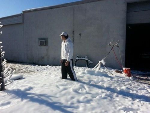 perierga.gr - Τρομερός μπαμπάς έφτιαξε... χιόνι για την κόρη του!
