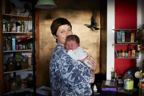 perierga.gr- Μητέρες φωτογραφίζονται με τα νεογέννητα μωρά τους!