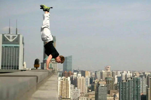 """perierga.gr - """"Τρελός"""" αθλητής κάνει κατακόρυφο... στο κενό!"""