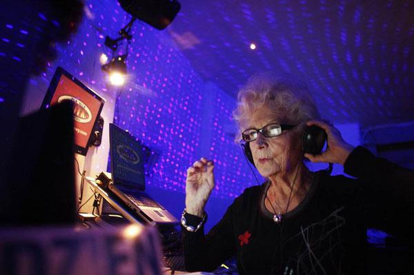 perierga.gr - Γιαγιά ετών 73... παίζει μουσική σε κλαμπ!