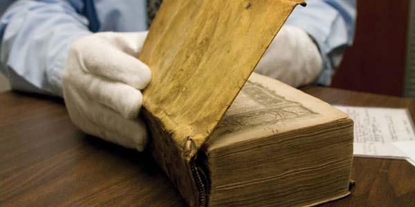 perierga.gr - Τρία παράξενα βιβλία ανακαλύφθηκαν στη βιβλιοθήκη του Χάρβαρντ!