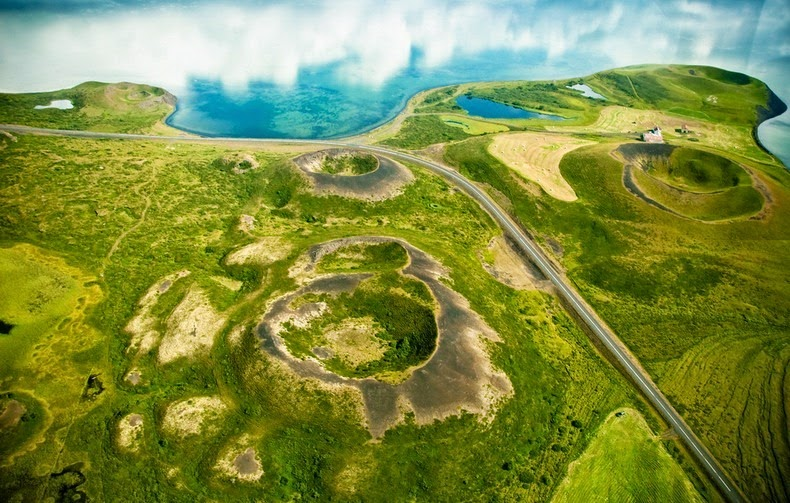 perierga.gr - Απόκοσμο ηφαιστειακό νησάκι μέσα σε λίμνη!