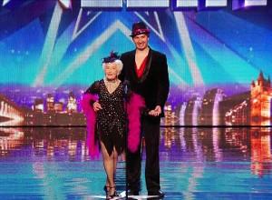 perierga.gr - 80χρονη γιαγιά χορεύει σε διαγωνισμό ταλέντων! (βίντεο)