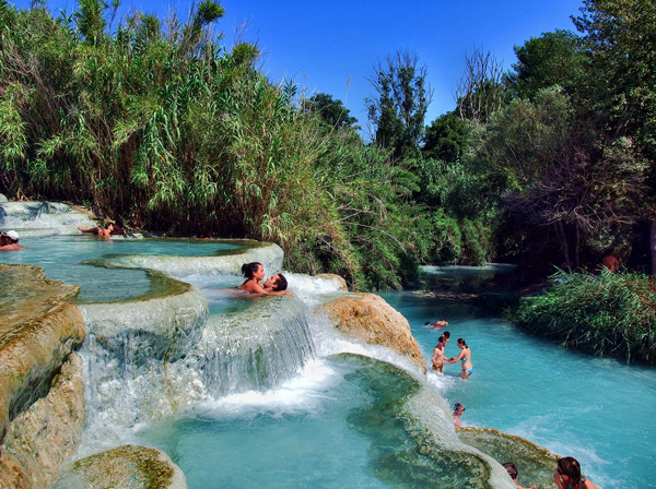 "perierga.gr - Terme di Saturnia: Οι μικρές ""γαλάζιες"" λίμνες της Τοσκάνης!"
