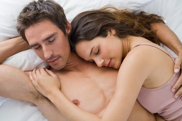 perierga.gr - Η στάση του ύπνου αποκαλύπτει τη δύναμη της σχέσης!