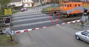 perierga.gr - Ηλικιωμένος γλιτώνει από τρένο για ένα δέκατο του δευτερολέπτου!