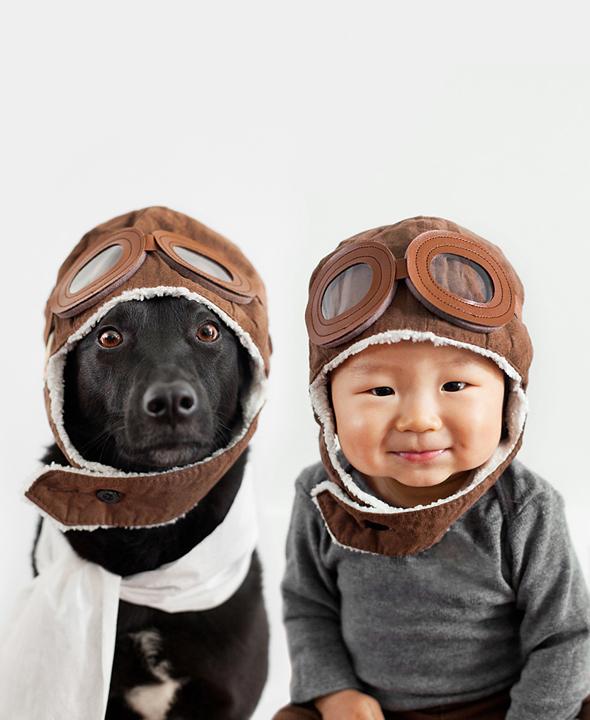 perierga.gr - Σκυλί και παιδί στην ίδια πόζα!
