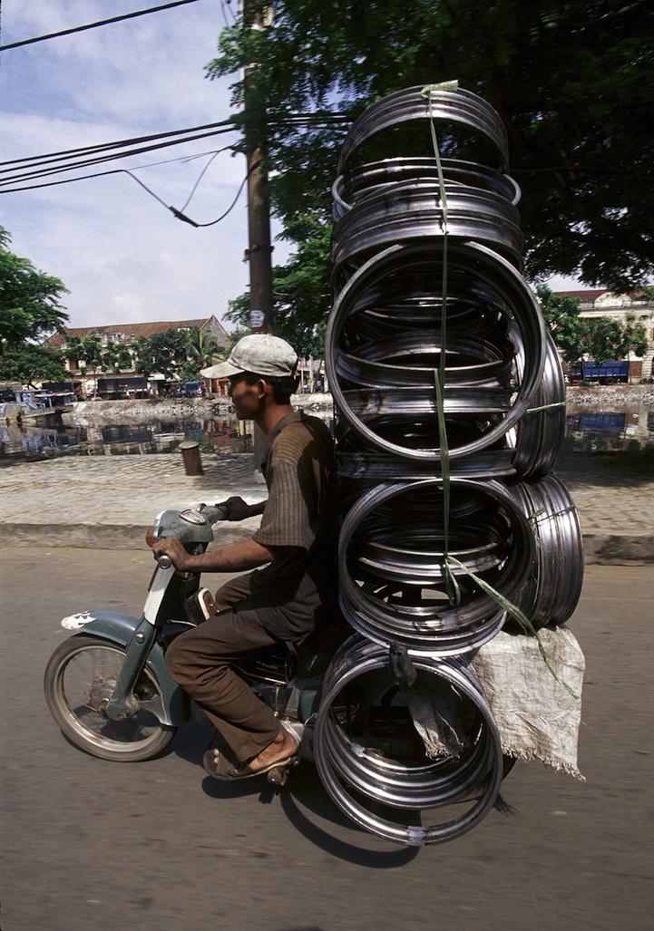 perierga.gr - Τι κουβαλάνε αυτά τα μηχανάκια στο Βιετνάμ!