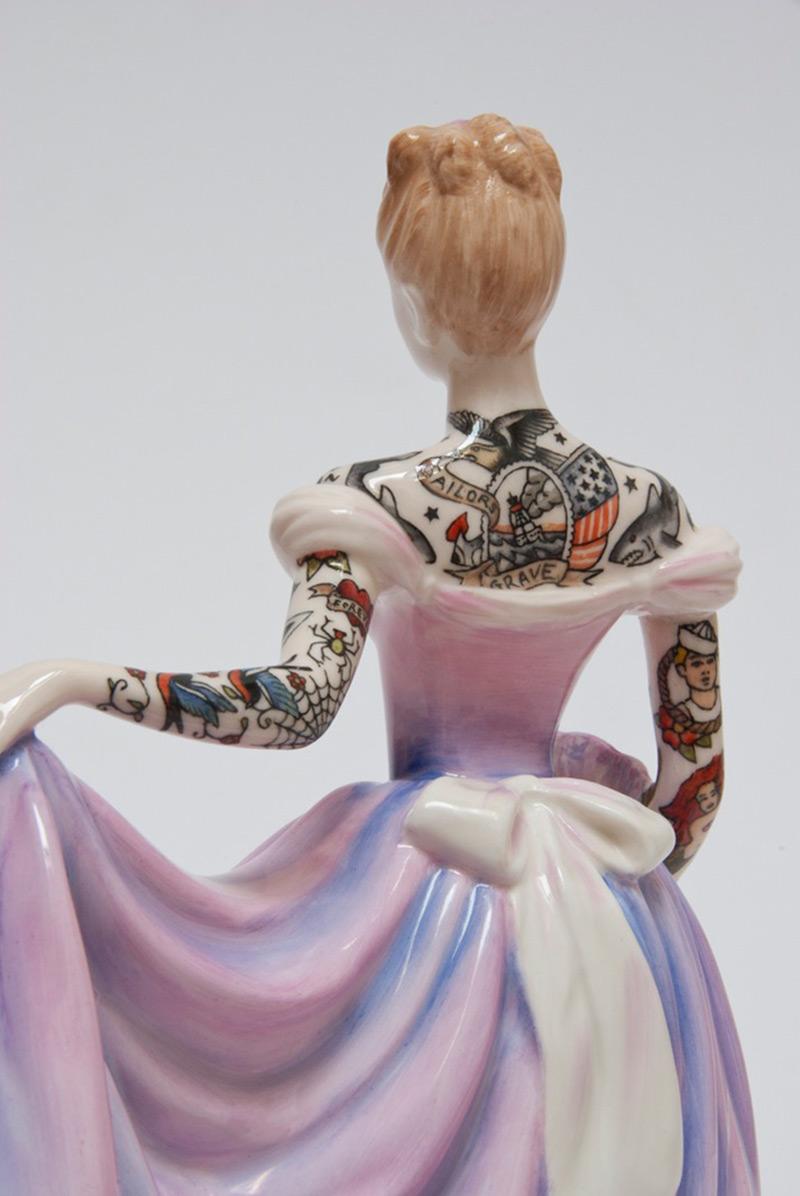 perierga.gr - Πορσελάνινες κούκλες εποχής αποκτούν… μοντέρνα τατουάζ!