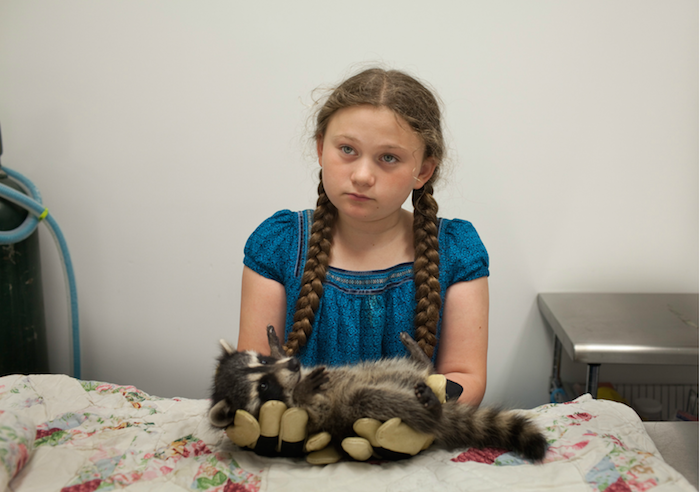 perierga.gr - Κορίτσι μεγαλώνει μαζί με ζώα από τη γέννησή του!