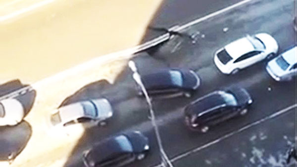 perierga.gr - Παρακολουθήστε μια καταβόθρα να ανοίγει στο δρόμο! (βίντεο)