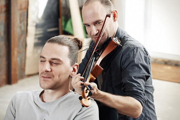 perierga.gr - Παίζοντας βιολί με χορδές από... μαλλιά! (βίντεο)