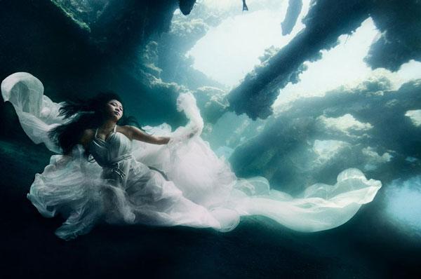 perierga.gr - Μοντέλα ποζάρουν κάτω από το νερό!