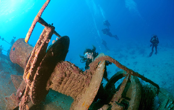 Perierga.gr - Ναυάγιο ελληνικού πλοίου γίνεται... παράδεισος για τους δύτες