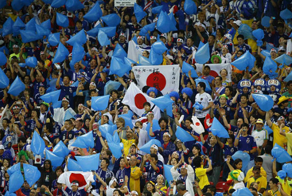 Perierga.gr - Οι Ιάπωνες φίλαθλοι καθάρισαν όλη την εξέδρα!