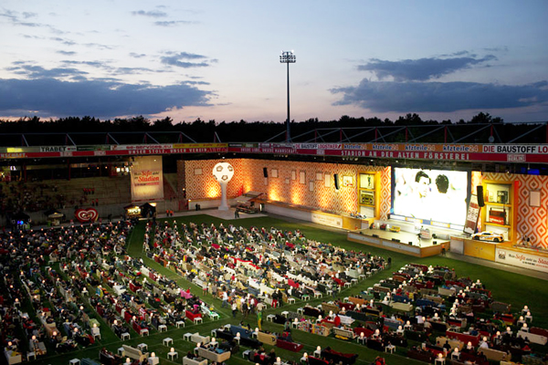 perierga.gr - Μετέτρεψαν το γήπεδο οι Γερμανοί σε τεράστιο... υπαίθριο σαλόνι!