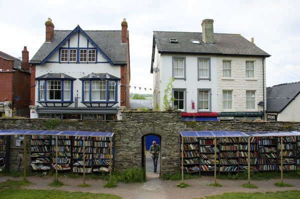 "perierga.gr - Hay-on-Wye: Η ""πόλη των βιβλίων""!"