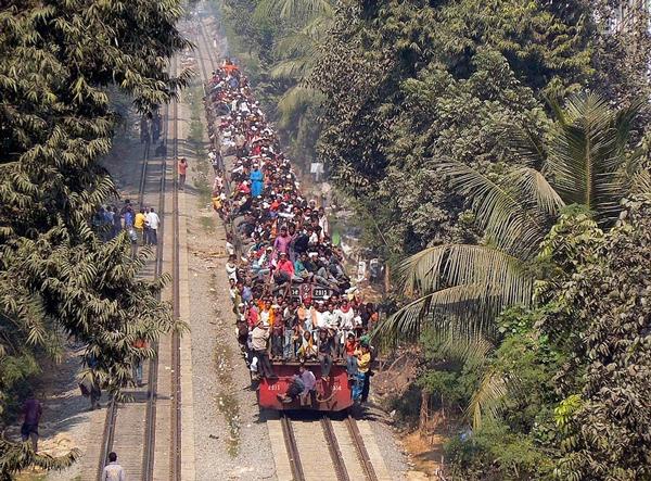 perierga.gr - Τα τρένα στο Μπαγκλαντές… ξεχειλίζουν κόσμο!