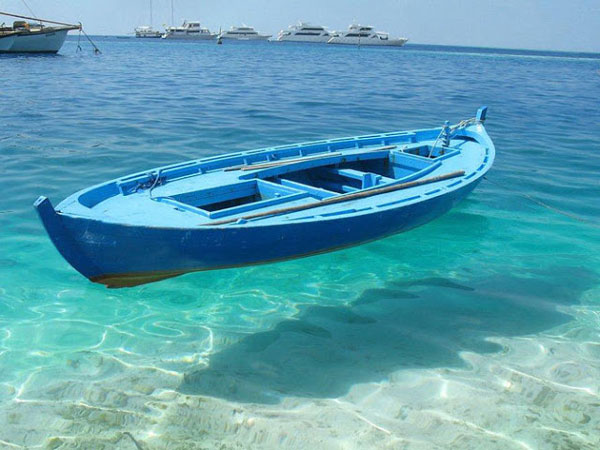 Perierga.gr - Βάρκες που φαίνονται να αιωρούνται...