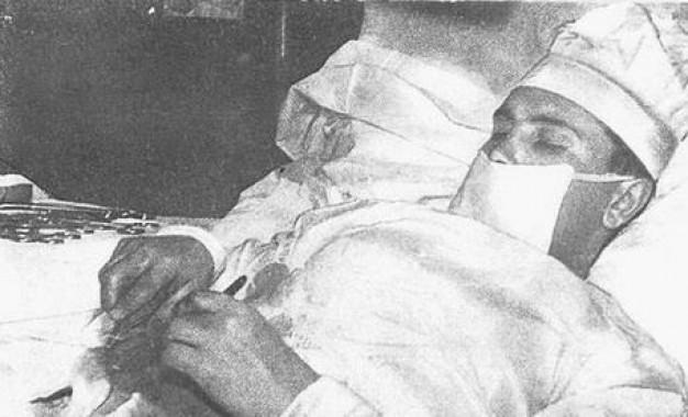 perierga.gr - Γιατρός χειρούργησε τον εαυτό του στον Αρκτικό Κύκλο!