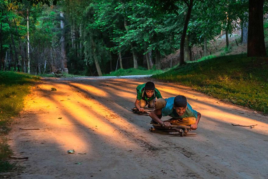 perierga.gr - Τα παιδιά παίζουν στον κόσμο