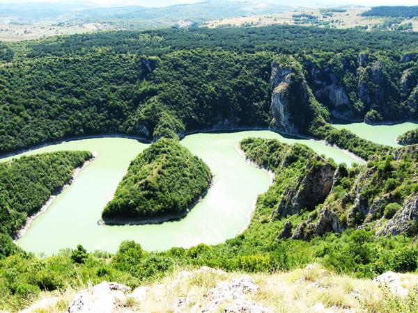 perierga.gr - Παράξενος πράσινος ποταμός στη Σερβία!