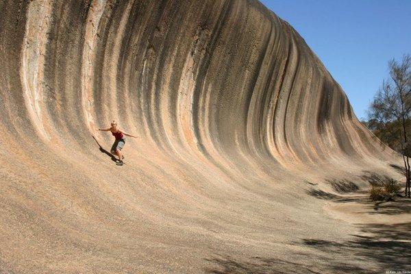 Perierga.gr - Ένας παράξενος βράχος που μοιάζει με κύμα!