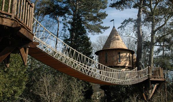 Perierga.gr - Εντυπωσιακό δεντρόσπιτο που μοιάζει με κάστρο