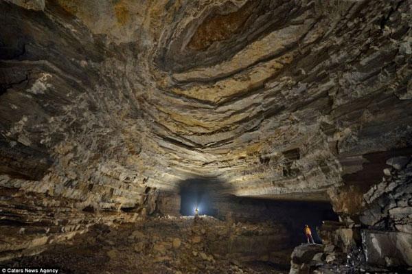 Perierga.gr - Σπηλιές τόσο μεγάλες που έχουν το δικό τους καιρό!