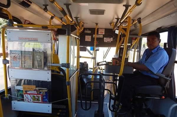perierga.gr - Βιβλιοθήκη σε αστικό λεωφορείο!