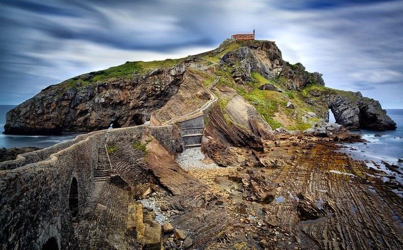perierga.gr - Ιστορική εκκλησία δεσπόζει σε ερημικό βράχο