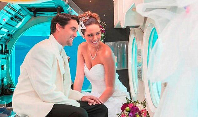 perierga.gr - Γάμος πάνω σε υποβρύχιο με γαμήλιο δώρο την κατάδυση! (βίντεο)