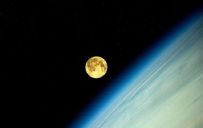 perierga.gr - Η πανσέληνος μέσα από τα μάτια ενός αστροναύτη!